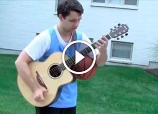 Парень играет на гитаре и в баскетбол
