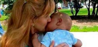 Женщина принимает сирот