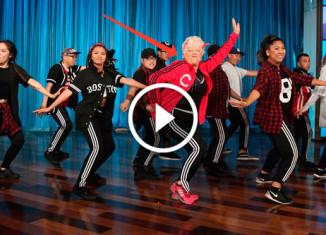 60-летняя учительница танцует