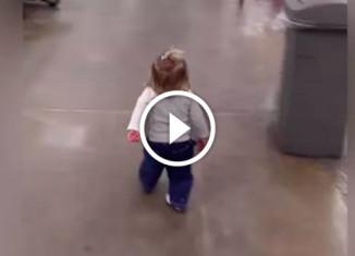 Девочка гуляет по магазину
