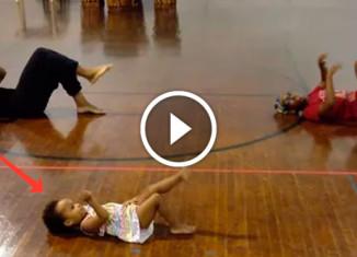 Девочка учит танцевать взрослых