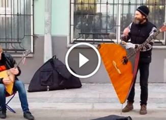 Задорные уличные музыканты