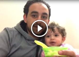 Папа кормит дочь