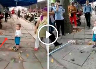 Малыш защищает бабушку