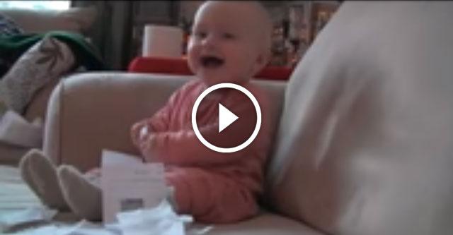 Малыш заразительно смеётся
