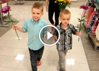 Мальчики поздравляют мам