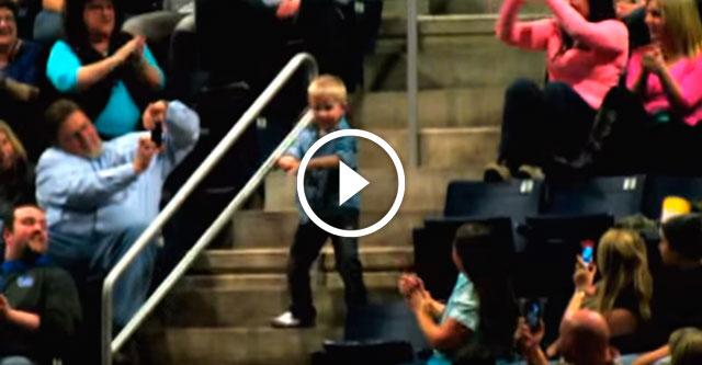 Мальчик танцует на концерте
