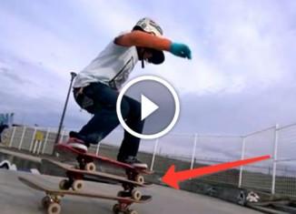 12-летний парень катается на скейте