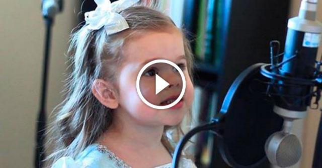 3-летняя девочка поет