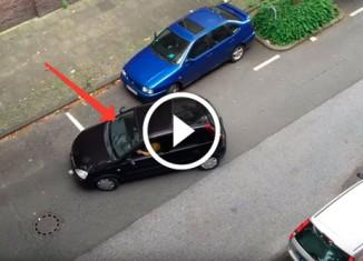 Женщина паркуется