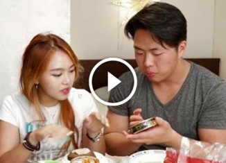 Кореянка пробует русскую еду