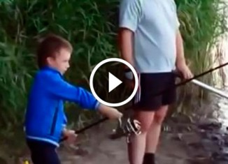 Мальчик словил огромную рыбу