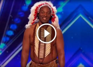 Мужчина в костюме индейца