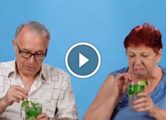 Пожилые люди пробуют мохито