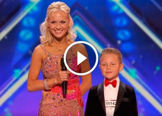 Танец матери и сына на шоу талантов