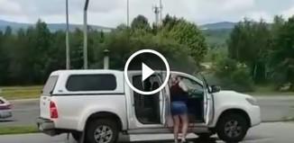 Женщина на автомойке