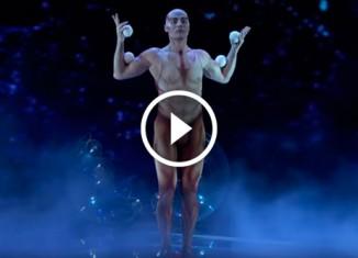 Жонглер в странном костюме