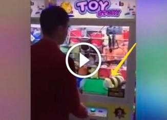 Парень и автомат с игрушками