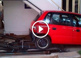 Парковка автомобиля под лестницей