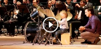 Трехлетний музыкант играет на барабанах
